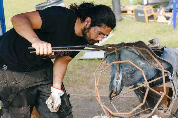 Пласідо Родрігес Боннін в процесі створення скульптури